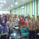 MENYANYIKAN LAGU INDONESIA RAYA BERSAMA DI AWAL PEMBUKAAN PELEPASAN LULUSAN SARJANA EKONOMI BARU FE UNIVERSITAS NASIONAL